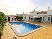 3 bedroom villa with swimming pool for sale in Albufeira %1/38