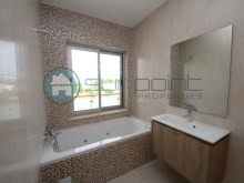 bathroom en suite with window%13/19