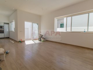 2 Bedrooms + 1 Interior Bedroom House Faro (Sé e São Pedro) - For sale