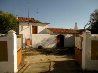 House 3 Bedrooms For refurbishment with Land, Near Santarém, For For sale | 3 Bedrooms | 1WC
