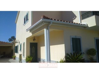 Vende-se Moradia Geminada Com Cinco Assoalhadas 