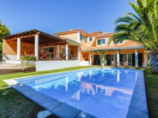 Great 4 bedroom villa with swimming pool, located in Quinta da Beloura, with 240 m 2 of construction and on a plot of 1,080 m2. Good sun exposure.  | 4 Bedrooms