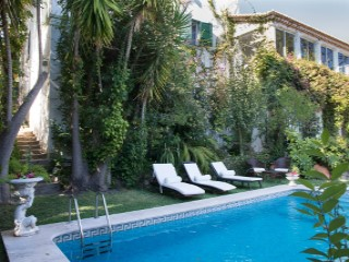Villa of charm with swimming pool located in the central area of Estoril. | 8 Bedrooms | 4WC
