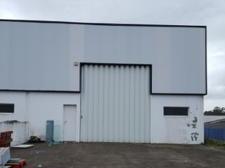 Warehouse with total area of 352 m2, in the Industrial Park of Ribeira Grande. |