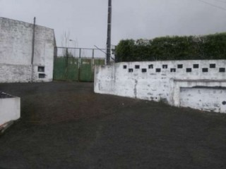 Brownstone with 6,000 m2, located in an area of expansion of the city of Ponta Delgada. |