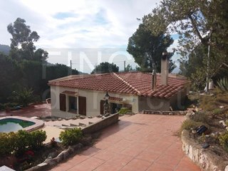 3-BED VILLA IN CASTELLVELL DEL CAMP AREA, POOL, LARGE URBAN-ZONED PLOT |