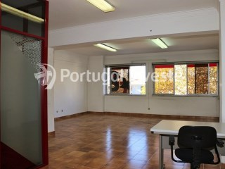 For rent office with nice areas, close to commerce and services, 10 minutes away from Lisbon, in Almada - Portugal Investe |