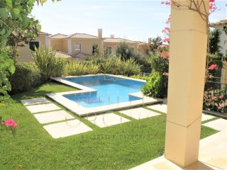 Charming 4 bedroom villa with pool in a private condominium, near the Casino Estoril | 4 Bedrooms | 3WC
