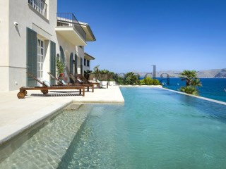 Seafront villa in Mal Pas, Alcudia. | 5 Bedrooms | 5WC