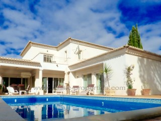 Lovely 3 bedroom family villa located in Vilas Alvas close to Vale do Lobo and Quinta do Lago. RPS1152V | 3 Bedrooms | 4WC