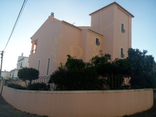 opportunity-detached villa, located In Bemposta-Portimao | 4 Bedrooms | 4WC