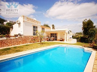 4 bedroom Villa in Guia, Albufeira, Algarve for sale with 740m2 of land | 4 Bedrooms | 3WC