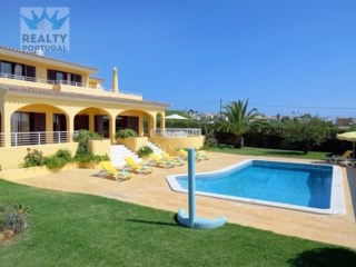 4 bedroom villa for sale in Albufeira and Olhos de Agua |