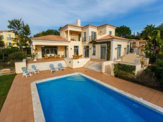 Very well maintained  4 bedroom villa located in a private development close to Vale do Lobo golf courses and within easy walking distance to the beach | 4 Bedrooms