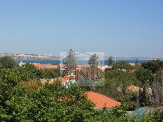 For rent 3 bedroom apartment with parking in the Centre of Cascais.