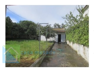 Building composed of RC with are covered in 40 m 2 consisting of wc, storage room and garage, has patio with 305m2  |