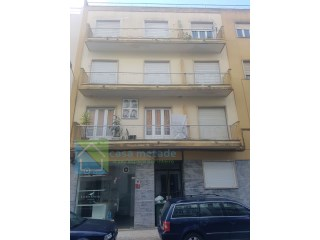 Building with 11 fractions-10 apartments; 9 leased 1 + 1 free and free store located in Benfica. 2738€ yields/mes |