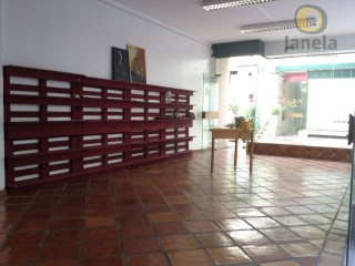 Shop with excellent location and two large windows |