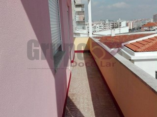 One bedroom fully refurbished, reinforced door, porch, balcony, double glazed aluminum frames. Inserted into building with piped gas. Although residential area well served by public transportation and commerce. Property with tenants, business opportunity with high profitability (monthly income of 450.00 €)! | 1 Bedroom | 1WC