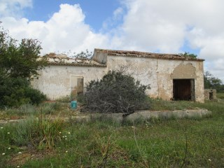 Land with Ruin in Ferreiras. |