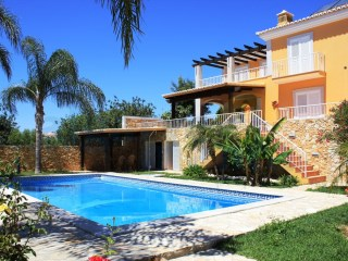 STUNNING VILLA WITH PRIVATE POOL SITUATED ON THE OUTSKIRTS | 6 Bedrooms