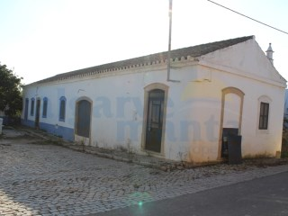 Old house (1937) to remodel, with 139m2 of construction area.  Located about 6 km west of the city of Tavira, in the Algarve. Excellent investment for catering, local accommodation or to your residence. | 3 Bedrooms