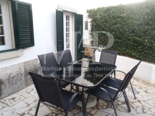 Detached house located in the historic centre of Cascais, T3 furnished with a beautiful south facing patio, fully equipped modern kitchen. Prime location! For sale or for long term rental. Available from November 2017. | 3 Bedrooms | 2WC