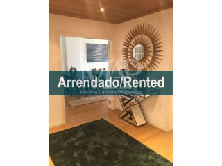 Beautiful apartment, very well decorated, with quality furniture, condominium with pool, 2 parking spaces and storage, 24 hour security, 5 min walking distance from St. Julian's school and the beautiful beach of Carcavelos. 2 min walk from the shopping center, residential area with all necessary services, supermarkets, pharmacy, shops, restaurants, etc.