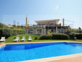 Detached villa of very high quality with large living areas and located near the town of Albufeira and beaches. | 5 Bedrooms | 6WC