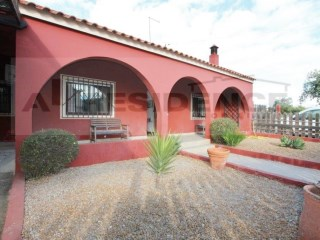 Detached single storey villa with 3 bedrooms and land near Loulé | 3 Bedrooms + 1 Interior Bedroom | 2WC