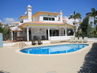 Excellent villa with central location with 4 bedrooms en suite, pool and large garage. | 4 Bedrooms | 5WC