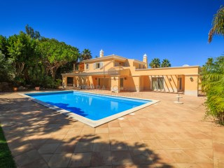 FIVE BEDROOM VILLA IN THE LUXURY RESORT OF QUINTA DO LAGO | 5 Bedrooms | 7WC
