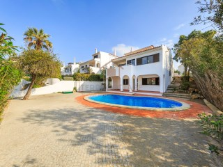 FOUR BEDROOM VILLA UNDER REFURBISHMENT IN QUINTA DO LAGO | 4 Bedrooms | 4WC