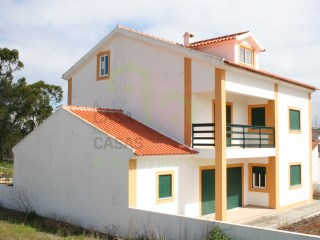 House 4 isolated from rustic finishes situated in village near local businesses to 10 km from Ericeira and 15 km from Torres Vedras and Santa Cruz. Possibility of exchange for apartment T1/T2 in the Mafra area or Torres Vedras. | 4 Bedrooms | 2WC