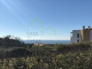 Land of 2750m2 inserted in the urban area and overlooking the sea. |