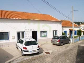 Commercial space, in good condition, located in an urban center, in village 2 km from the Village of Ericeira, with good window. |