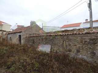 Detached house with two outbuildings, located in the center of Saloia village, 13km from Mafra. |