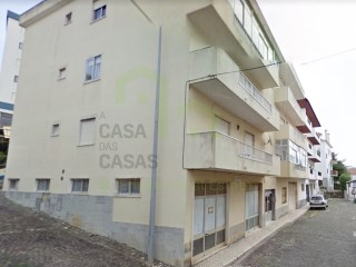 Great space in the Centre of the village of Ericeira, with easy access to the national road, the motorway A21 and services. |