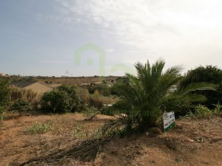 Plot of building land, located 800 m from the Ribeira D'ilhas Beach and only 4 km from Ericeira, in quiet and pleasant. |
