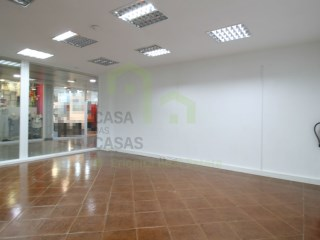 Store located in a shopping center/forum with license for all kinds of trade and services. Has window with good visibility. |