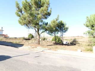 Plot of land with 840 m ² for building detached house, a few minutes drive from the town of Mafra. |