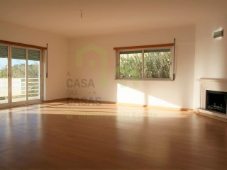 3 bedroom apartment with very good areas entered into a 6 apartments building, near the center of the town of Ericeira, and close to the main access to the highway to Lisbon, only 2km away from the beach.  | 3 Bedrooms | 2WC