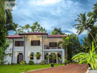 LUXURY FIVE  BEDROOM VILLA ON WALKING DISTANCE TO THE HIKKADUWA BEACH.  | 6 Pièces