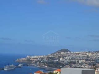 Land in Funchal with manificent harbour views! |