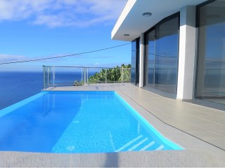 Beautiful three bedroom bungalow with infinity pool for sale in Calheta! | 3 Bedrooms | 3WC
