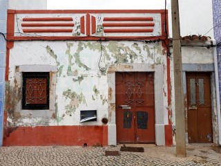 Old house for sale with patio of 24,29 sqm in Tavira town centre (Algarve) | 2 Bedrooms | 2WC