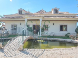 Spacious Villa with Character and  distant Sea Views | 4 Bedrooms | 2WC