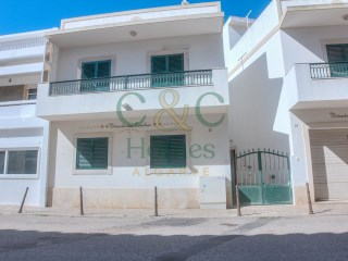 2 Bedroom Townhouse in walking distance to the Beach in Quarteira | 2 Bedrooms | 1WC