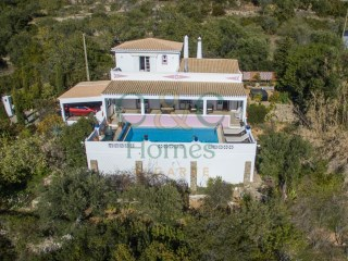 4 Bedroom Villa overlooking Faro and the Nature Reserve Ria Formosa | 3 Bedrooms + 1 Interior Bedroom | 2WC