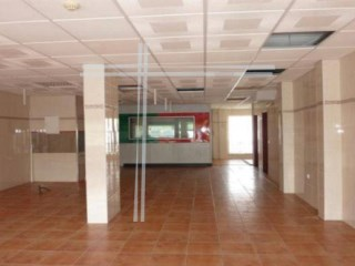 94m2 shop, parking. Bank building, with special financing conditions. |